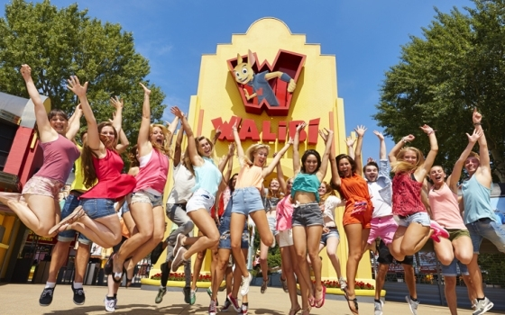 46104_fullimage_walibi girls jumping in front of the entrance_560x350